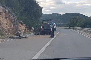 PROMETNA U ZATON DOLIMA Auto sletio s kolnika i udario u brdo