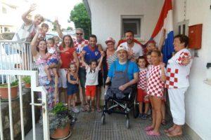 PREKRASNA SCENA I u obitelji Devčić navijačko raspoloženje, skupili se susjedi