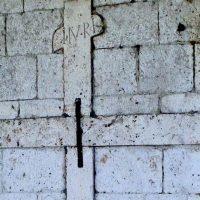 Križ na pročelju kafića Zino