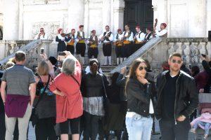 FOTO/VIDEO//Turisti zaplesali uz melodiju klapske pjesme